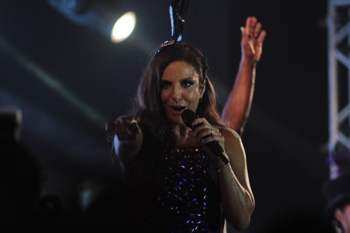 28.fev.2014- Ivete Sangalo anima foliões com seus maiores sucessos em camarote de Salvador