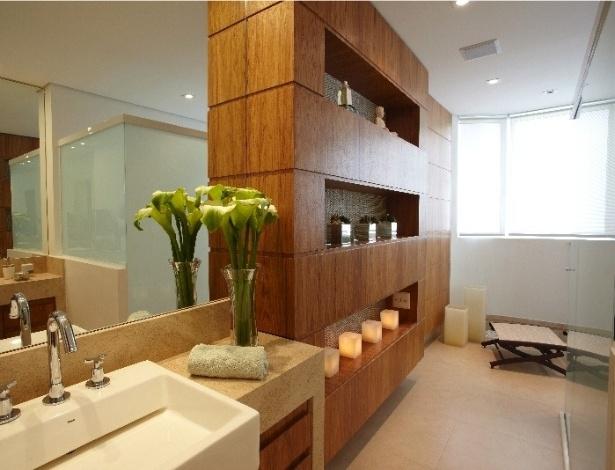 decorar um banheiro:estante de madeira (freijó) multiplica o espaço do banheiro com