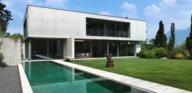 Casa com janelas e portas dispostas em paredes opostas e com espelho d'água é mais fresca