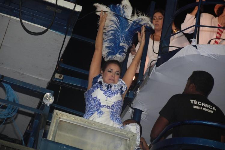 28.fev.2014 - Fantasia de Daniela Mercury enrosca em fio de alta tensão em trio elétrico no Circuito Dodô (Barra), em Salvador