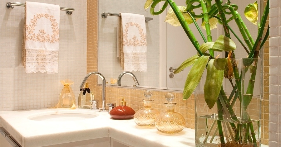 uol decoracao lavabo:com antúrios e bambus da sorte decora a bancada da pia desse lavabo