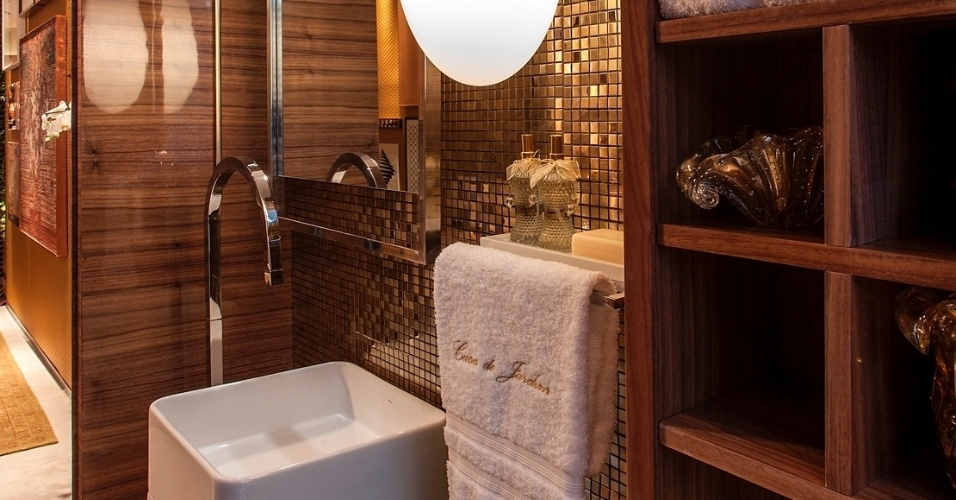 uol decoracao lavabo:Os quadros na parede se alinham à decoração desse lavabo, assinado