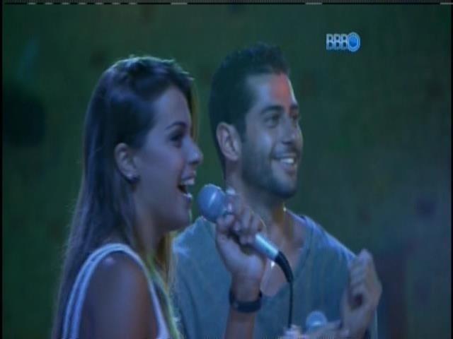 01.mar.2014 - Marcelo e Angela soltam a voz no karaokê