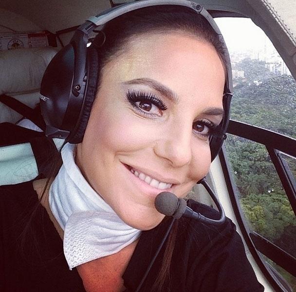 1.mar.2014 - A cantora Ivete Sangalo chegou de helicóptero no Circuito Dodô (Barra) para subir no trio elétrico em Salvador
