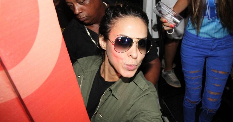 1.mar.2014 - Alinne Rosa chega para se apresentar no trio Yes, da banda Cheiro de Amor, no circuito Dodô (Barra)