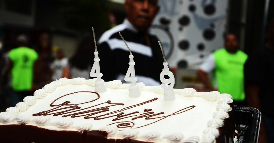 1.mar.2014 - Bolo de aniversário homenageia os 449 anos do Rio de Janeiro no bloco Cordão da Bola Preta