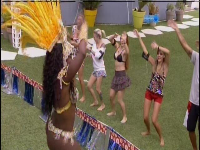 1.mar.2014 - Brothers caem no samba com Neguinho e a bateria da Beija-Flor