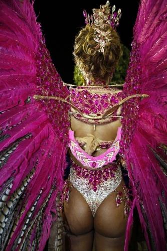 1.mar.2014 - De costas, a fantasia da rainha da bateria da Alegria da Zona Sul, Veronice Abreu