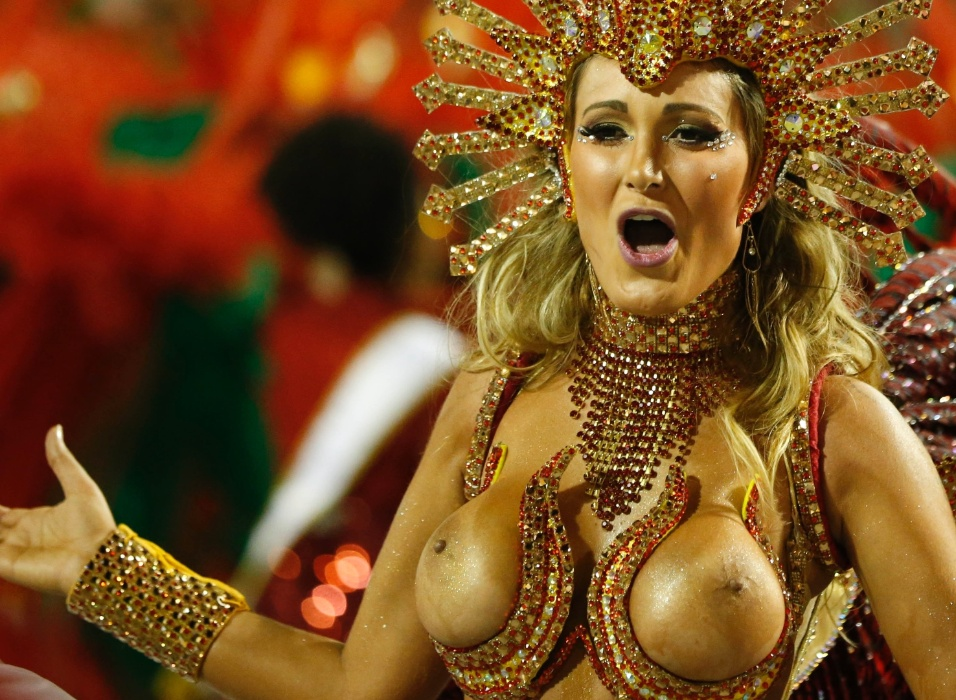 1º.mar.2014 - Desinibida, Andressa Urach mostra todo seu samba na avenida