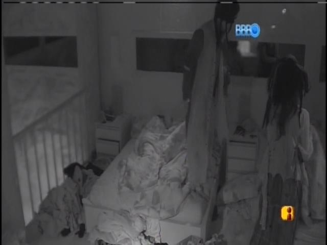 1.mar.2014 - Diego e Franciele cumprem o castigo do monstro pela manhã