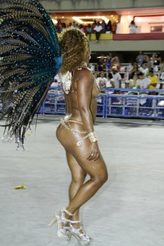 1.mar.2014 - Exibindo curvas fora do padrão vigente na passarela do samba, musa da Tradição deixa os seios à mostra e chama a atenção