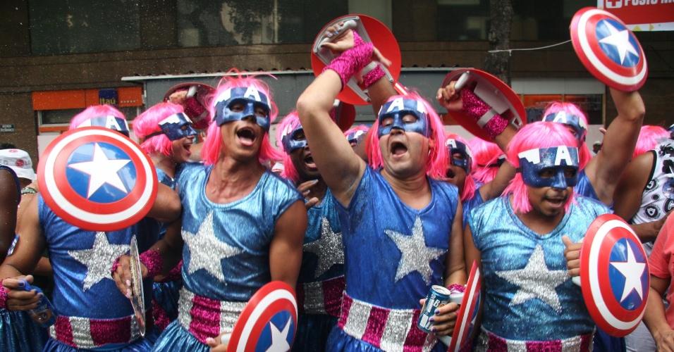 1.mar.2014 - Fantasiados de Capitão América de saias, foliões pulam carnaval no bloco Cordão da Bola Preta, no centro do Rio de Janeiro