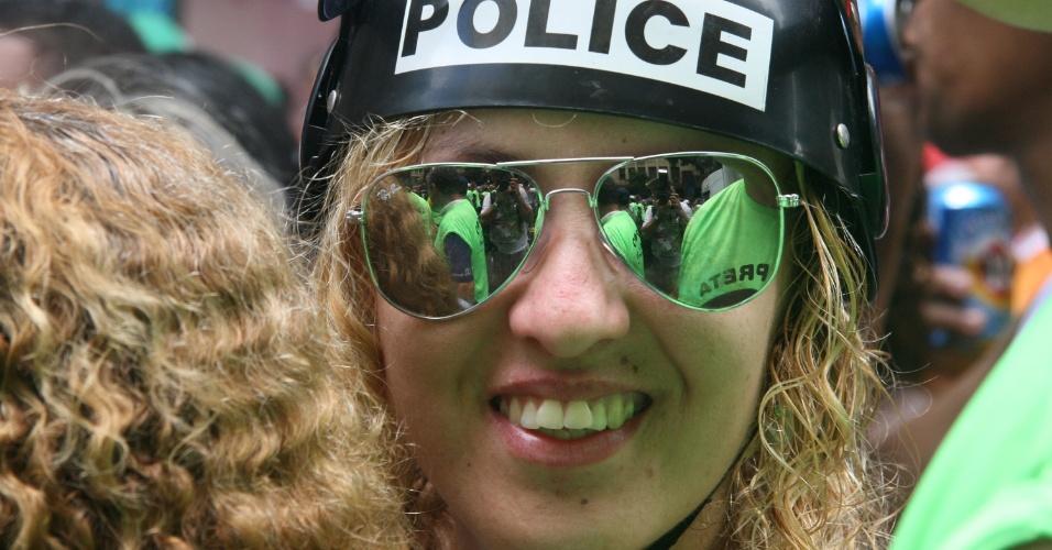 1.mar.2014 - Foliã fantasiada de policial curte o bloco Cordão da Bola Preta, no centro do Rio de Janeiro