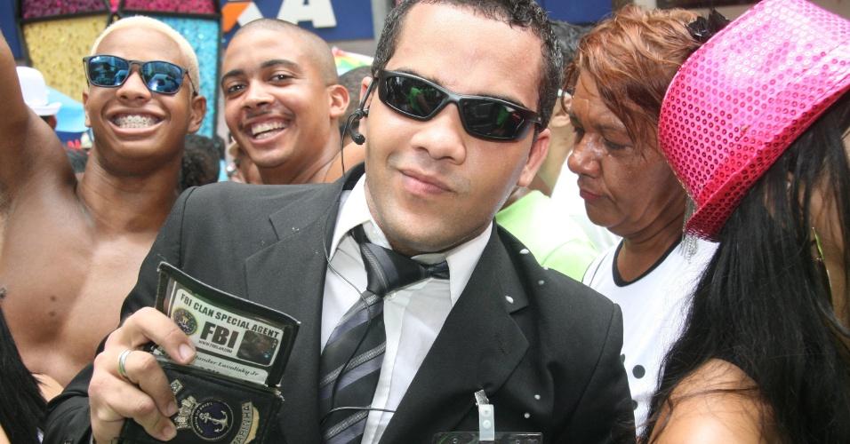 1.mar.2014 - Folião fantasiado de agente do FBI curte o bloco Cordão da Bola Preta, no centro do Rio de Janeiro