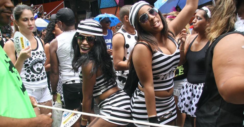 1.mar.2014 - Foliãs fantasiadas de presidiárias se divertem no bloco Cordão da Bola Preta, no centro do Rio de Janeiro