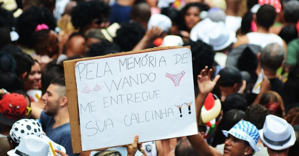 1.mar.2014 - Foliões exibem placas divertidas no bloco Cordão da Bola Preta, no centro do Rio de Janeiro. No cartaz, está escrito