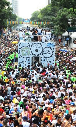 1.mar.2014 - Foliões pulam carnaval no bloco Cordão da Bola Preta, no centro do Rio de Janeiro