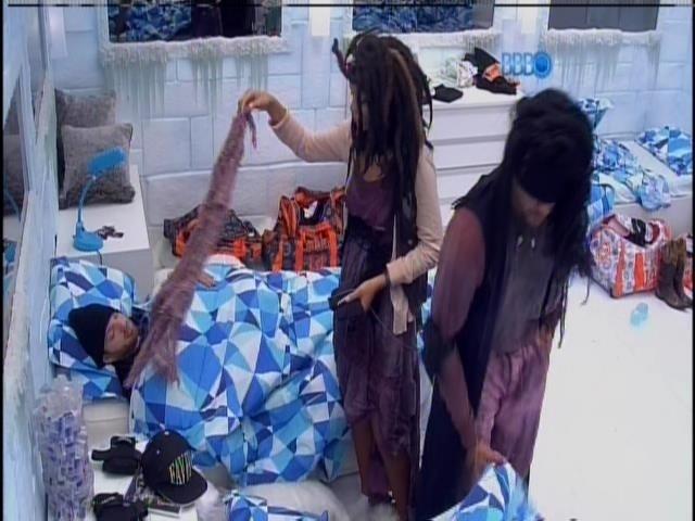 1.mar.2014 - Franciele e Diego são despertados novamente par ao castigo