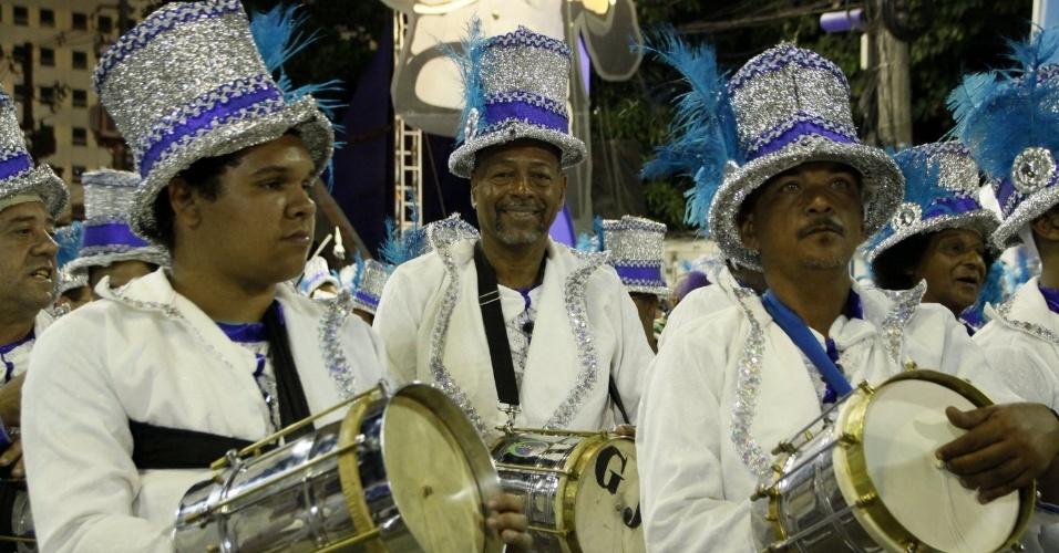 1.mar.2014 - Integrantes da bateria da escola Tradição participam do desfile no Grupo de Acesso na Marquês de Sapucaí, no Rio