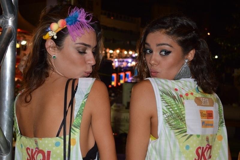 """1.mar.2014 - Solteiras, Sophie Charlotte e Thaila Ayla enviam """"beijinho no ombro"""""""