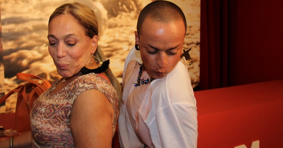 1.mar.2014 - Susana Vieira e o estilista Walério Araújo mandam 'beijinho no ombro' durante passagem no espaço Devassa no Jockey Club do Rio