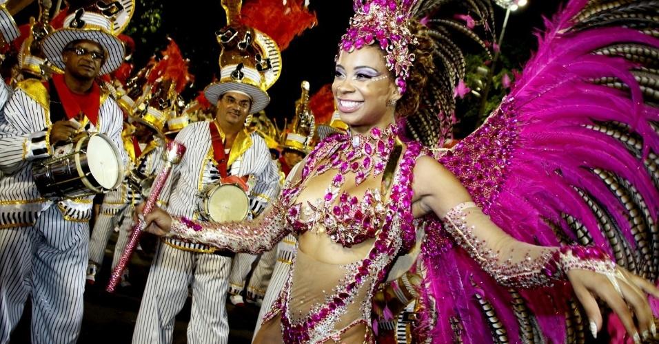 1.mar.2014 - Veronice Abreu, rainha de bateria da escola Alegria da Zona Sul - que desfila no grupo de acesso no Rio - acredita que o samba a levou a ser internacional