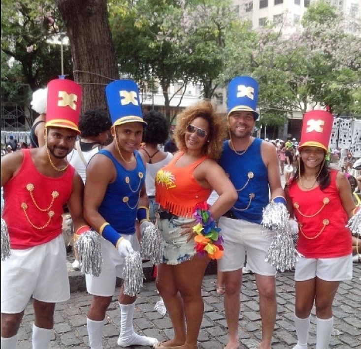 1.mar.2014- Fantasiados de paquitos, jovens se divertem no desfile do Cordão da Bola Preta no Centro do Rio