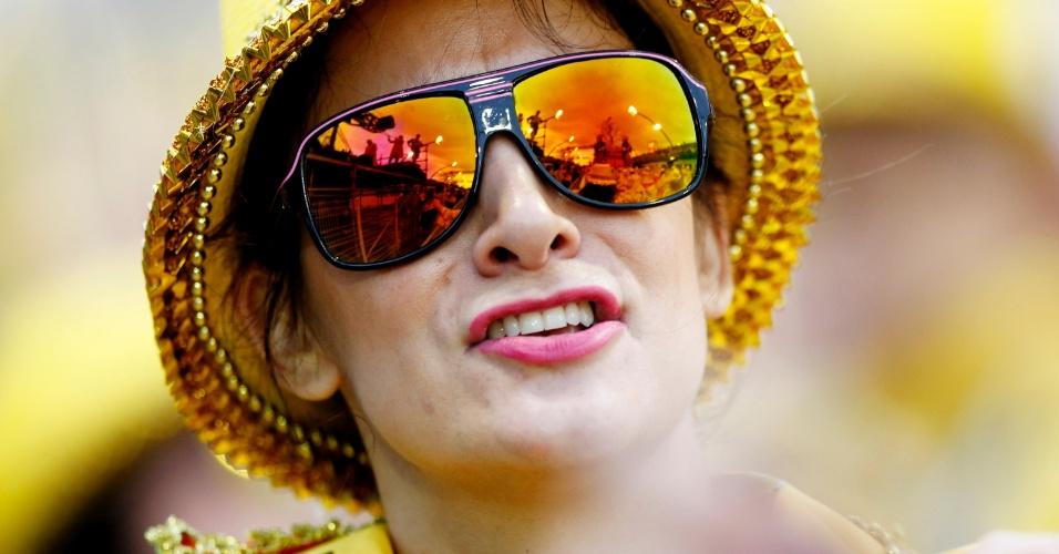 1º.mar.2104 - Folião canta o samba-enredo da Tom Maior. Escola é a sétima a passar no primeiro dia de desfiles no Anhembi
