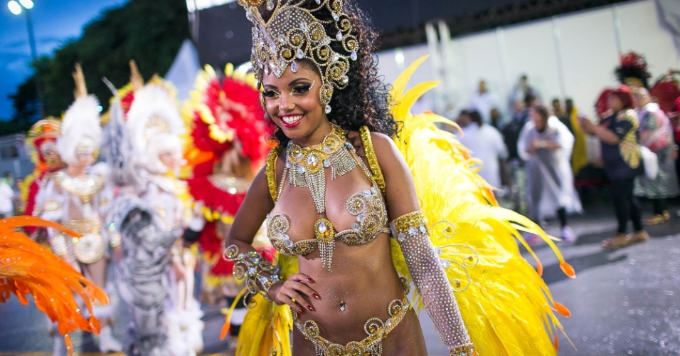 1º.mar.2104 - Pâmella Gomes, Rainha de Bateria da Tom Maior se prepara para entrar na avenida