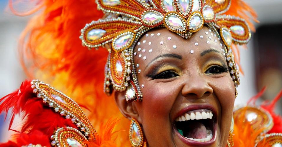 1º.mar.2104 - Passista da Tom Maior desfila pelo sambódromo de São Paulo. Escola é a sétima a passar no primeiro dia de desfiles no Anhembi
