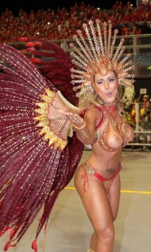 28.fev.2014 - Andressa Urach, rainha da bateria da Leandro de Itaquera, manda beijinho durante desfile