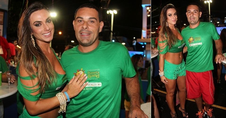 28.fev.2014 - Nicole Bahls e Marcelo Frisoni posam juntos no Camarote Planeta Band, em Salvador