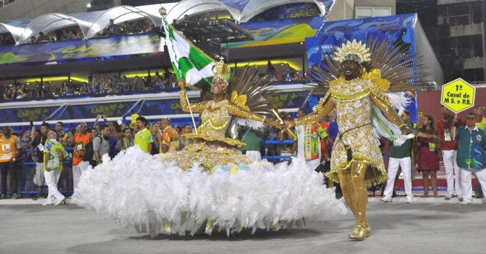 28.fev.2014 - Passistas da Império Serrano desfilam no Grupo de Acesso do Rio de Janeiro