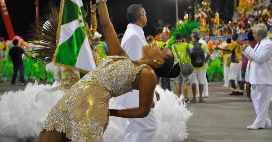 28.fev.2014 - Rainha de bateria, Quitéria Chagas usa vestido comportado para desfilar pela Império Serrano no Grupo de Acesso do Rio de Janeiro