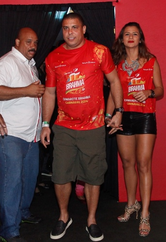 28.fev.2014 - Ronaldo Fenômeno e a namorada no camarote Brahma durante o primeiro dia dos desfiles da capital paulista
