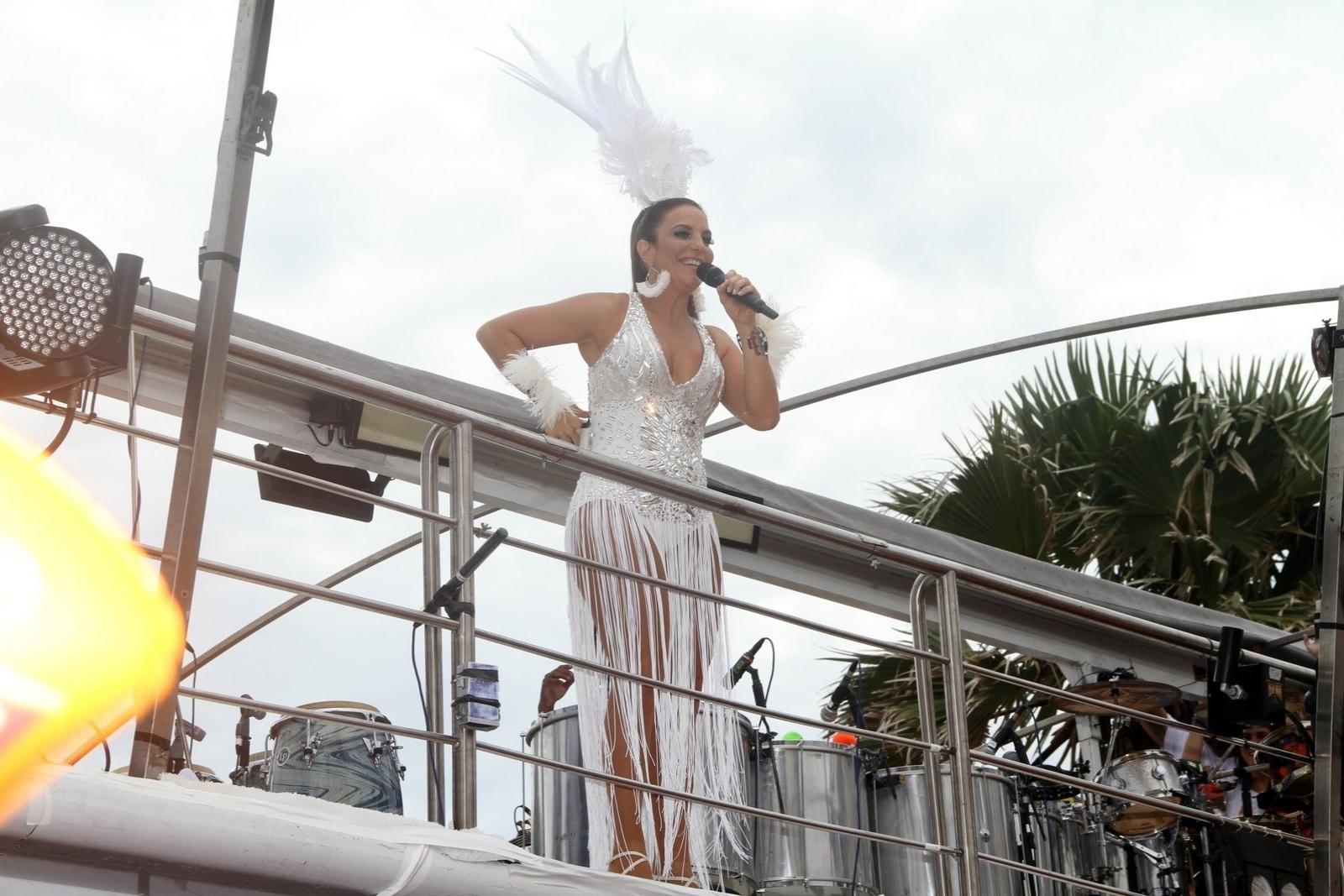 1.mar.2014 - Vestindo fantasia branca, a cantora Ivete Sangalo homenageia Dalai Lama e Nelson Mandela em trio no Circuito Dodô (Barra) em Salvador