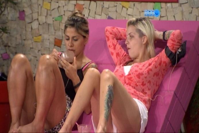 2.mar.2014 - Ao lado de Clara, Vanessa compara retorno de paredão a uma sensação de orgasmo