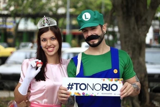 02.mar.2014- Casal se diverte no bloco carioca com fantasia de Luigi e princesa