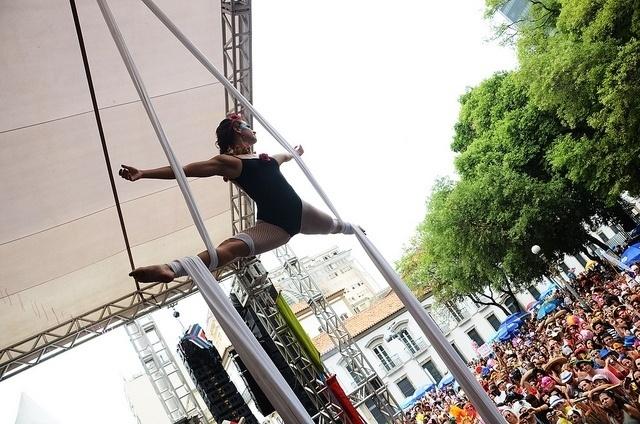 02.mar.2014- Cordão do Boitatá recebe convidados em palco montado no Centro do Rio
