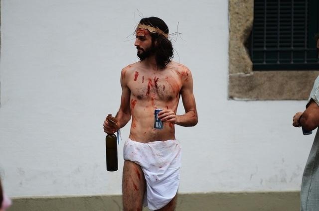 02.mar.2014- Folião polemiza e vai fantasiado de Jesus Cristo para Cordão do Boitatá