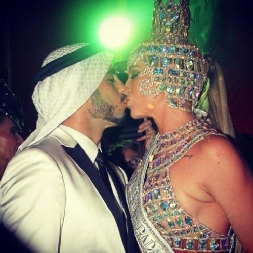 """02.mar.2014- Pedro Scooby beija a mulher Luana Piovani e se declara:  """"Um beijo na rainha do baile! Você estava linda demais, rainha mais linda de todos os carnavais!"""""""
