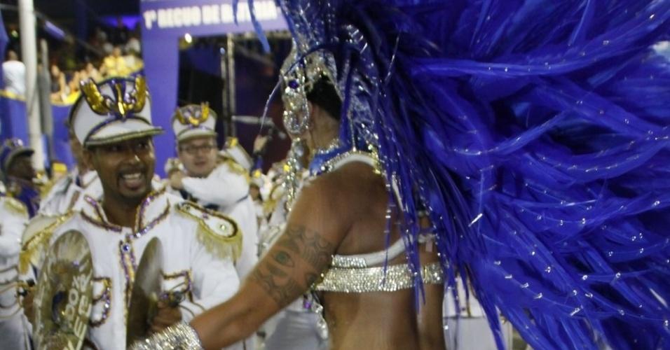 """1.mar.2014 - Aline Riscado, bailarina do """"Domingão do Faustão"""", exibe boa forma em desfile da Caprichosos de Pilares no Grupo de Acesso do Rio de Janeiro. Ela é rainha de bateria da escola"""
