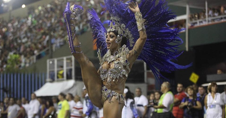 """1.mar.2014 - Aline Riscado, bailarina do """"Domingão do Faustão"""", faz movimento ousado na avenida durante desfile da Caprichosos de Pilares no Grupo de Acesso do Rio de Janeiro. Ela é rainha de bateria da escola"""