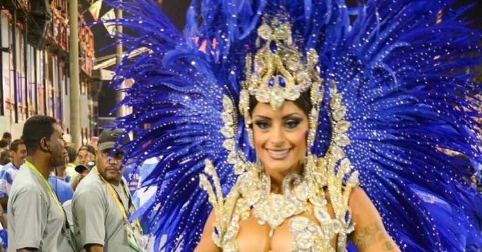 """1.mar.2014 - Aline Riscado, bailarina do """"Domingão do Faustão"""", posa para fotos em desfile da Caprichosos de Pilares no Grupo de Acesso do Rio de Janeiro. Ela é rainha de bateria da escola"""