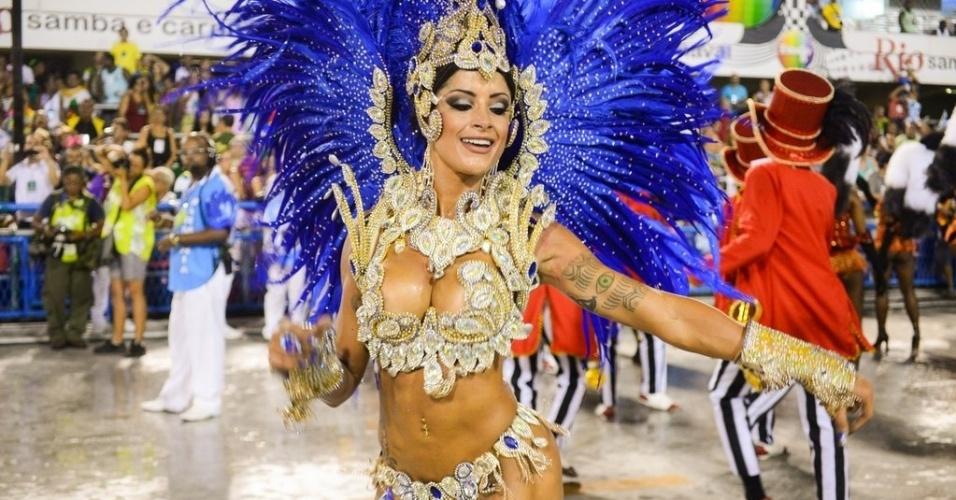 """1.mar.2014 - Aline Riscado, bailarina do """"Domingão do Faustão"""", samba em desfile da Caprichosos de Pilares no Grupo de Acesso do Rio de Janeiro. Ela é rainha de bateria da escola"""