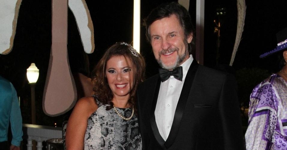 1º.mar.2014 - Antonio Calloni e a mulher, Ilse Rodrigues, curtem baile de Carnaval do Copacabana Palace