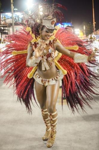 1.mar.2014 - Bianca, rainha de bateria da Estácio de Sá, durante desfile da escola pelo grupo de acesso do Rio na Marquês de Sapucaí