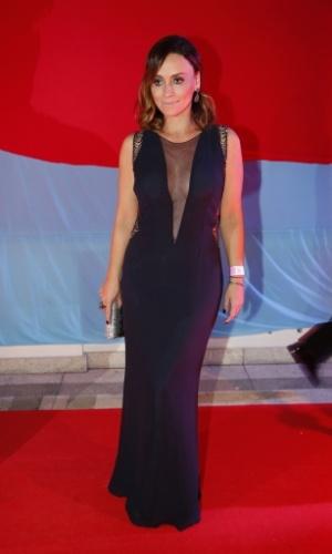 1º.mar.2014 - De vestido decotado, Suzana Pires curte baile de Carnaval no Copacabana Palace