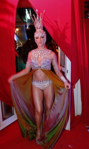 1º.mar.2014 - Luana Piovani ficou bem diferente com um adereço de brilhantes que usou no baile de Carnaval do Copacabana Palace