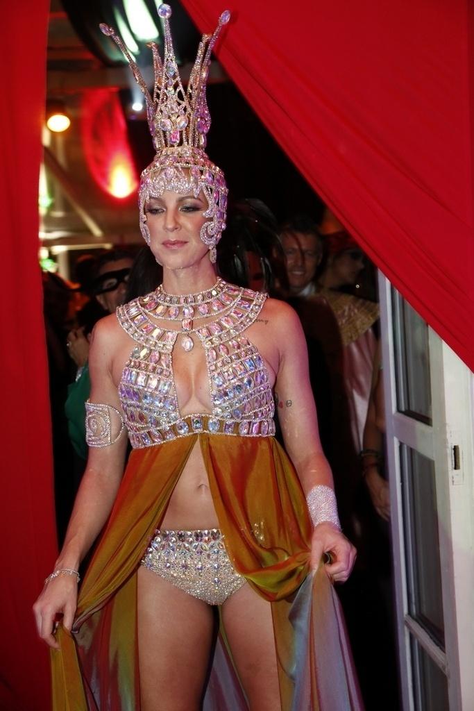 1º.mar.2014 - Luana Piovani usa fantasia cheia de pedrarias para prestigiar o baile de Carnaval do Copacabana Palace, do qual foi rainha neste ano